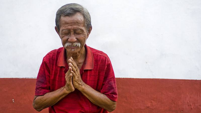 Un vieil homme qui prie